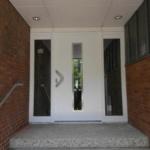 Außentüre mit seitlichen Fensterelementen weiß