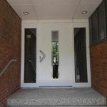 Außentüre-mit-seitlichen-Fensterelementen-weiß