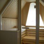 Sauna Dachschräge Sonderanfertigung Dachgeschosssauna Niebüll Hemlock - Abachi Glasfront und integriertes Dachfenster (1)