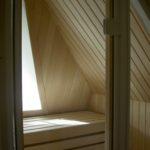 Sauna Dachschräge Sonderanfertigung Dachgeschosssauna Niebüll Hemlock - Abachi Glasfront und integriertes Dachfenster (6)