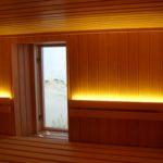 Sauna mit Glasfront mit Holzpfosten Liegeneinrichtung sichtbar (4)