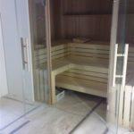 Sauna mit Glasfront mit Holzpfosten Liegeneinrichtung sichtbar (5)