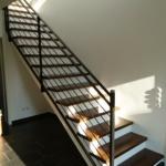 Treppe Metallgeländer geschlossene Stufen weiß braun (2)