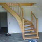 Treppe hellbraun holz offene Stufen mit Geländer (1)