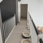 Treppe-mit-Geländer-grau-weiß-mit-Türe