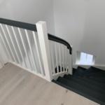 Treppe mit Geländer grau weiß mit Türe, Tischlerei Rendsburg, Tischlerei Flensburg, flensburg kiel, hotel flensburg, flensburg handball
