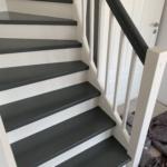 Treppe mit Geländer grau weiß mit Türe, Tischlerei, wetter rendsburg, rendsburg eckernförde, rendsburg kino, kreis rendsburg