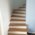 offener Einstieg Treppe geschlossene Stufen weiß hellbraun Tischlerei Schleswig-Holstein